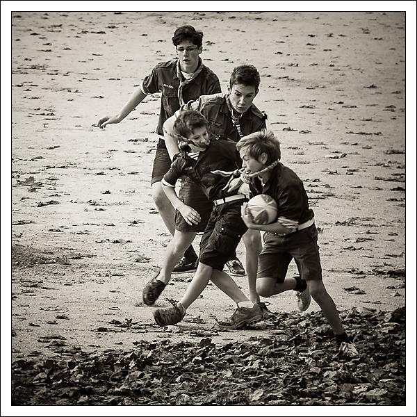 Les scouts au rugby dans le jardin des tuileries, Paris
