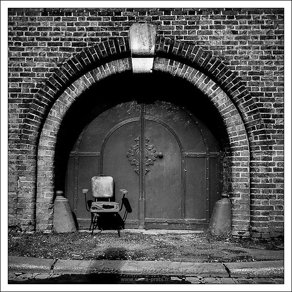 Chaise mise à la porte